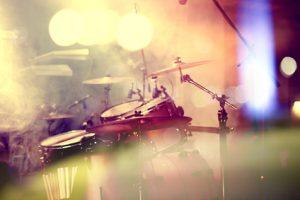 Schlagzeug auf der Bühne
